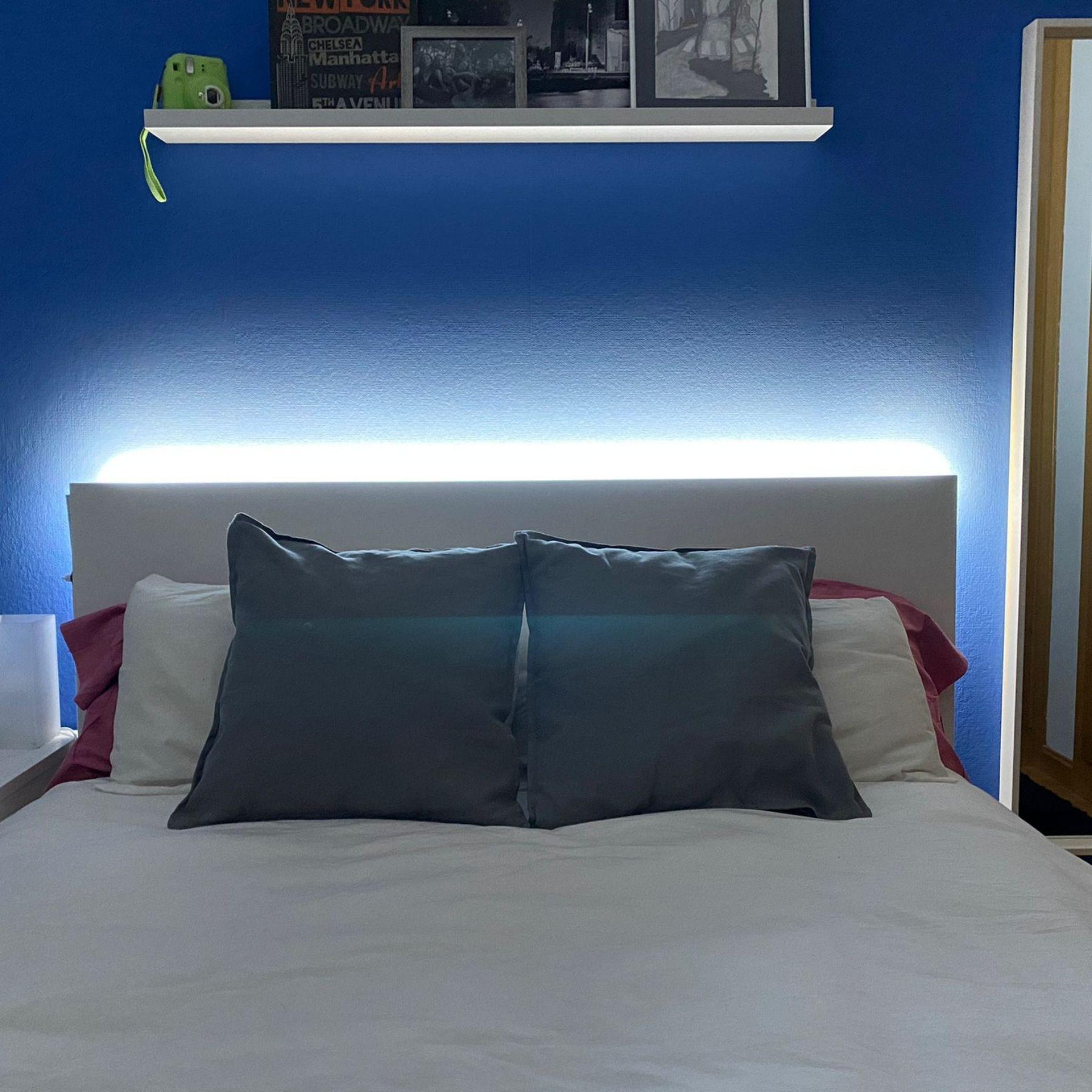 tira de luz led trasera cabecero cama dormitorio