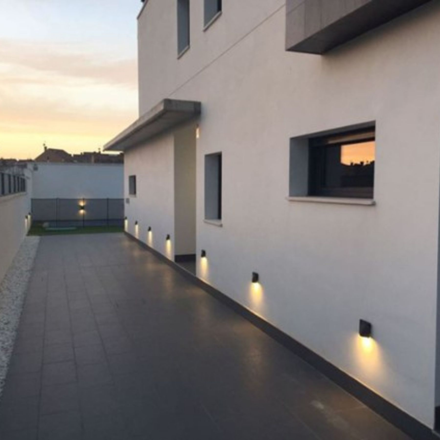 iluminación baja pared led solar