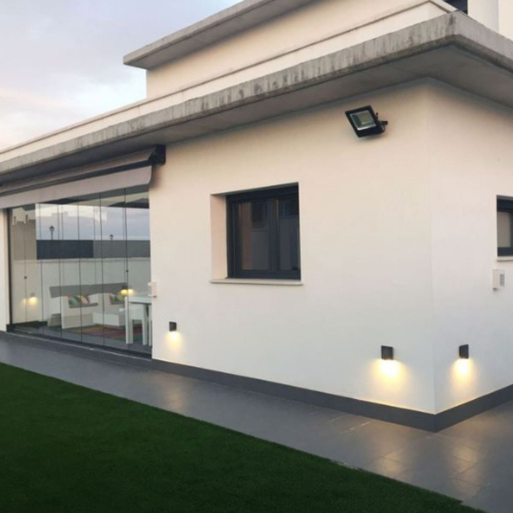 iluminación jardín piscina led solar pared