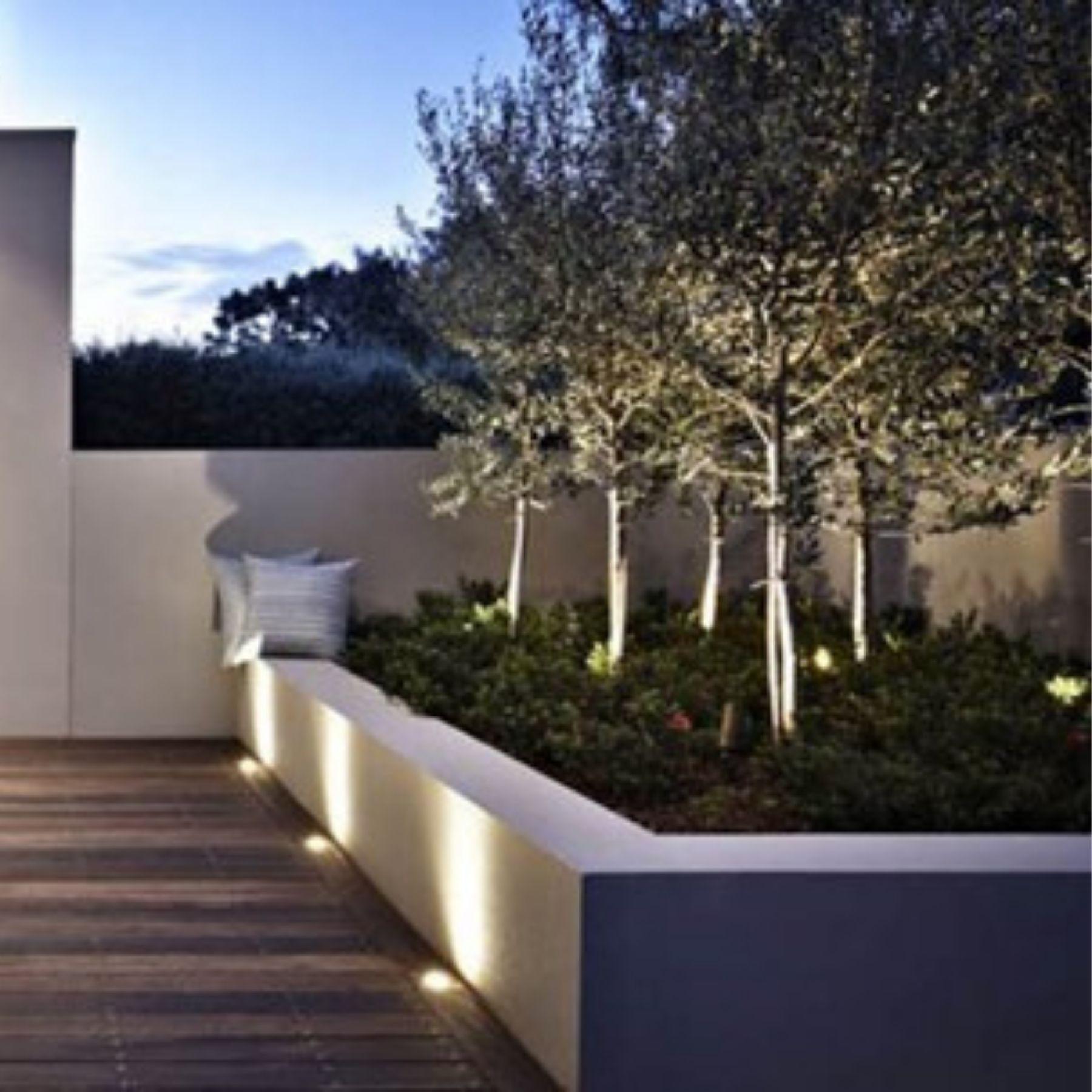iluminación jardín chalet jardineras