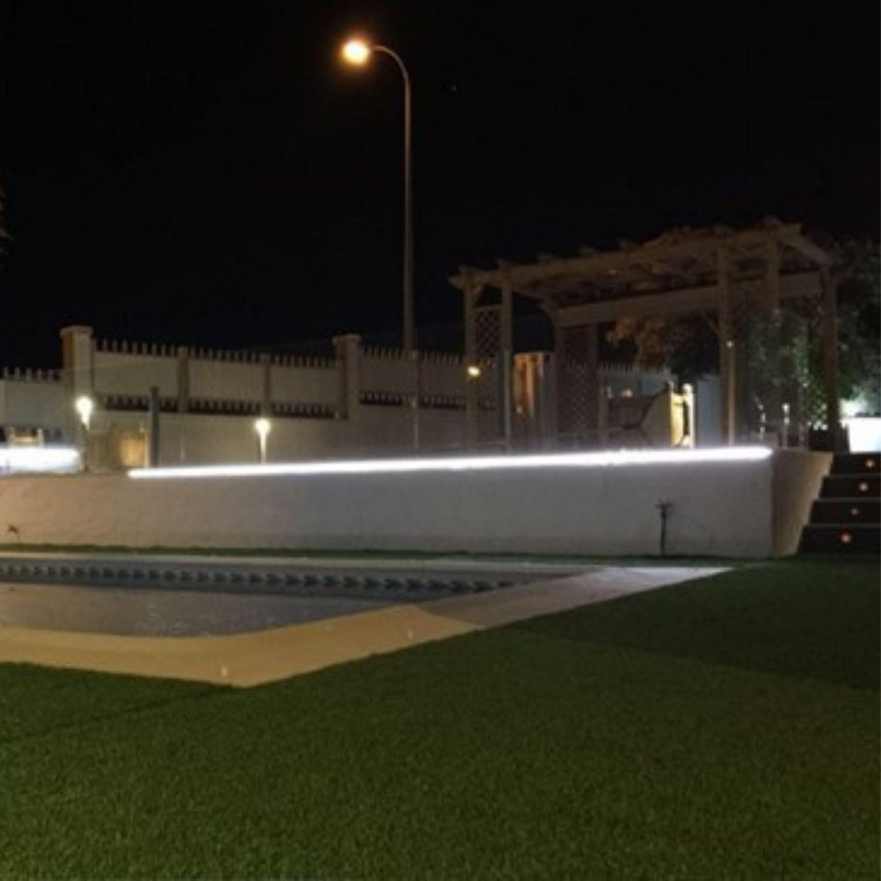 iluminación jardín chalet con piscina 2