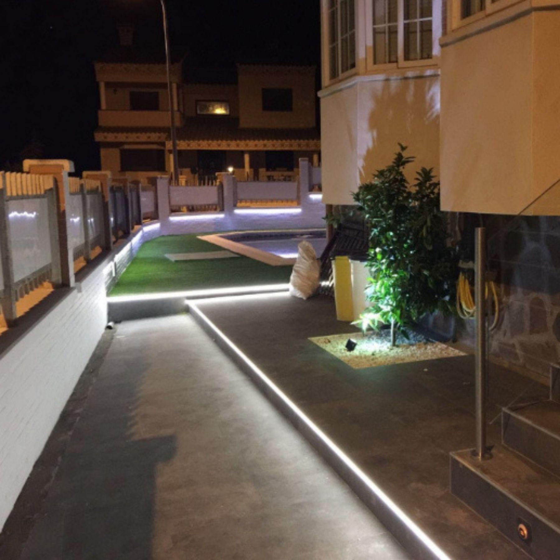 iluminación led jardín chalet
