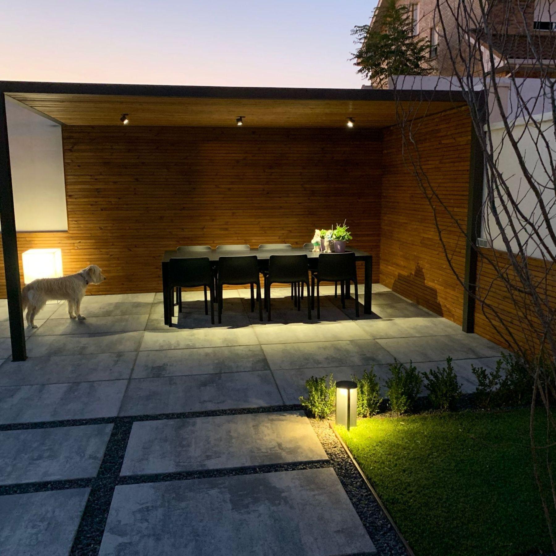 iluminación pérgola cerramiento jardín exterior