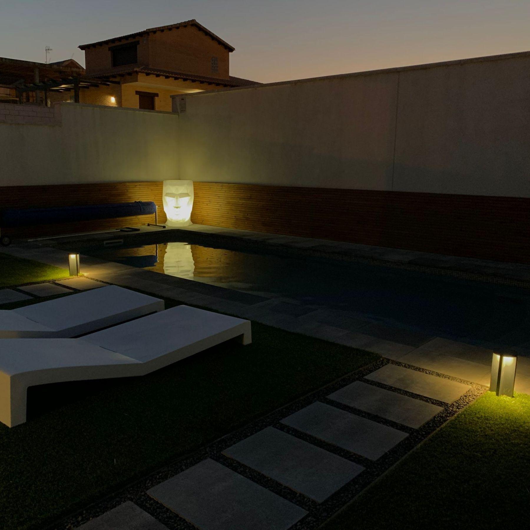 iluminación jardín piscina vivienda chalet